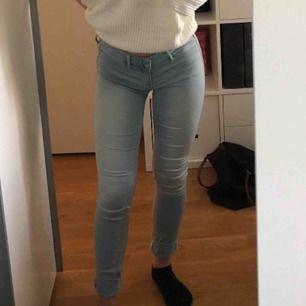 Ljusblåa byxor från hollister i storlek 27 i midjan och 29 i längden. (Lite mjukare material än vanliga jeans)
