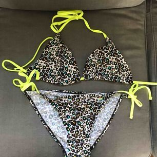 Fin leopard bikini med neon detaljer. Köpt i Frankrike märket är little Marcel Fransk strl 40 uppskattar den till strl S i svenska mått Köpt för ca 700kr aldrig använd pga fel strl