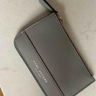 Cardholder/plånbok från Marc Jacobs, sparsamt använd!  Flyttar till Österrike imorgon 3/9 så snabbt köp uppskattas.  Frakt tillkommer.