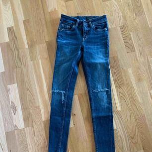 Jeans från Tiger Of Sweden, använda 1 gång! Flyttar till Österrike imorgon 3/9 så snabb affär uppskattas. Frakt tillkommer
