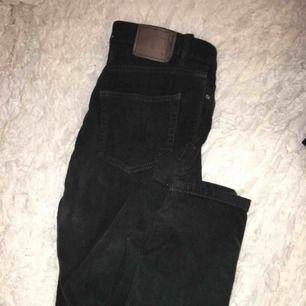 GRYMT snygga Manchester byxor/jeans från Pull&Bear i en cool grön färg 💚💚💚Blir lätt en favorit i garderoben! Formar rumpan jättebra!Frakt tillkommer💌