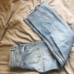 Jeans från Zara Fint skick, jeansen är vanliga i midjan och går ner till ankeln. Har små slitningar, frakt tillkommer!