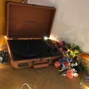 bärbar crosley vinyl spelare i äkta skinn🌟 köpt ca 2014 för ~1400 men säljer den för 850🥰 inte använd på många år har mest haft som dekoration som samlat damm. du kan få kolla på den innan du köper om du inte är säker. möts i stockholm