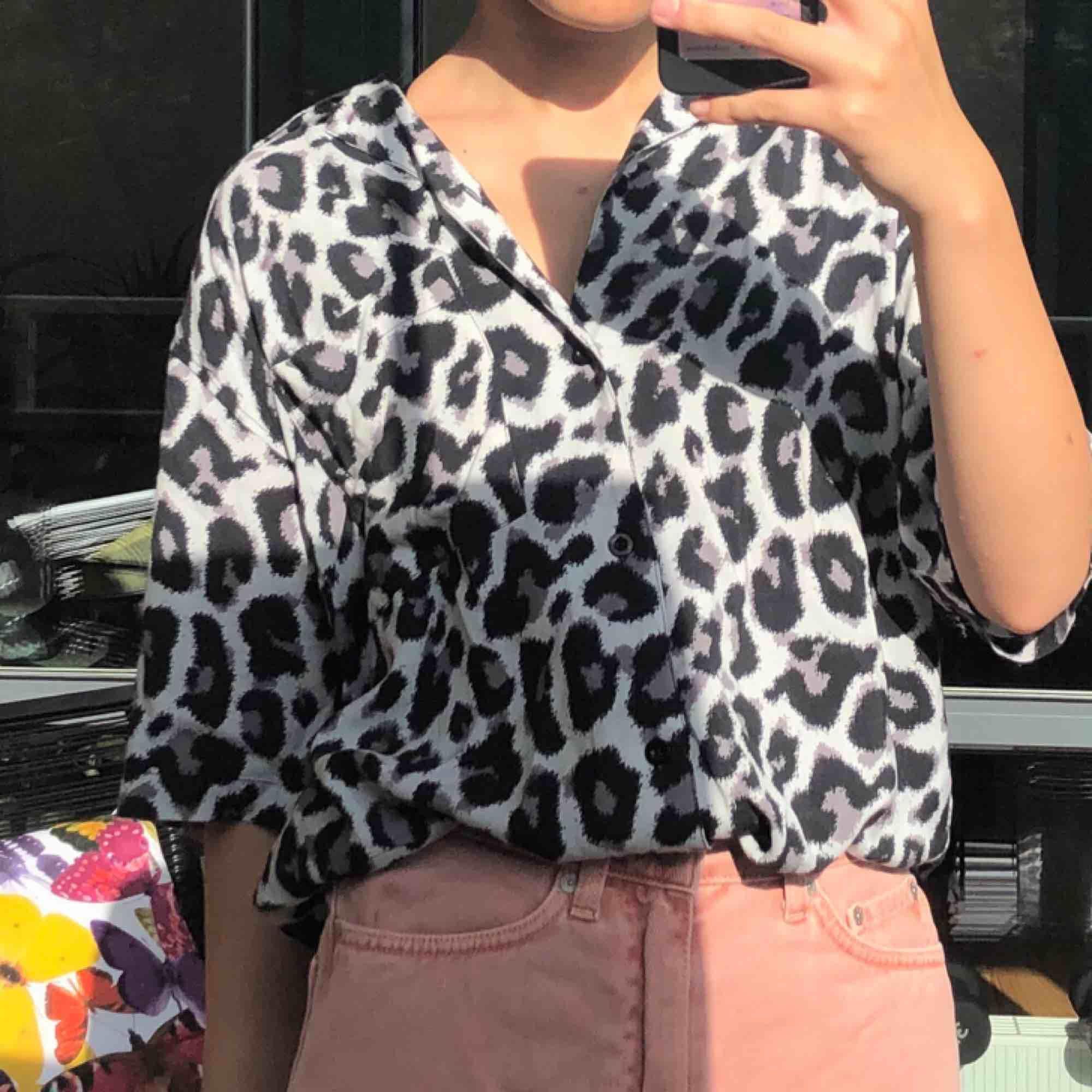 världens sötaste skjorta😫 tyärr inte min stil, de är en xs men passar M också jag är 165cm oc normalt xs/s frakt ingår🥰 (aldrig använd). Skjortor.
