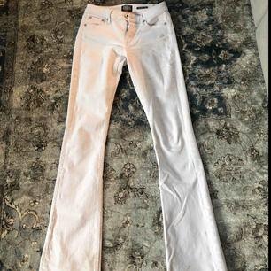 Säljer nu dessa vita bootcut jeans från Crocker då de blivit för korta för mig som är 170 cm lång🥰 Nästintill oanvända men har en fläck i knävecket. Frakt tillkommer⚡️