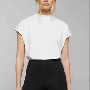 Vit t-shirt från Weekday i storlek small, modellen heter Prime T-shirt. Hög krage och korta, vida ärmar. Köpt i våras men knappt använd. Frakt tillkommer