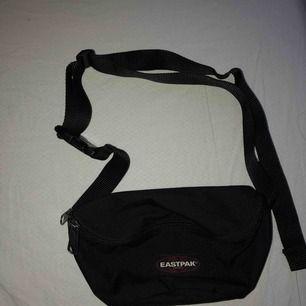 Säljer min eastpak väska, den kommer tyvärr inte till användning längre.   Frakten tillkommer och ligger på 42kr