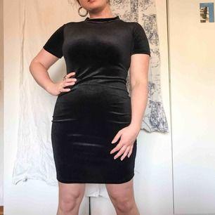 Klänning i svart sammet från Zara, använd ett fåtal gånger och klänningen är i gott skick. Köparen står för frakt ⚡️