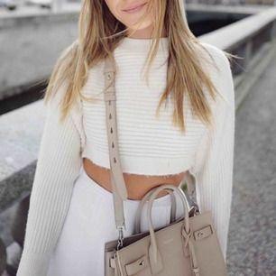 Säljer tröjan i RÖD FÄRG, ej den vita. Bärs av Bianca ingrosso. Går att styla till ALLT & är såå himla skön. Aldrig använd