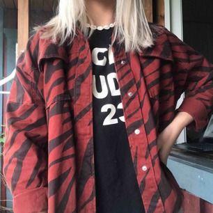 Zara jeansjacka i roströd, piffar upp en outfit superfint! Använd ca 5 gånger då jag redan äger såå mycket jackor.