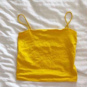 Gult linne från gina tricot i storlek M, passar för mig som har S, endast testad!