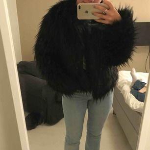 En svart pälsjacka från bikbok, jättevarm och är super nu i vinter. Frakt tillkommer (inte äkta päls)
