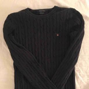 En superfin gant kabelstickad tröja i marinblå, i felfritt skick. den är i Strl M, men är i väldigt stretchiga material, därför är jag helt övertygad om att både XS och S kan ha den. Kan frakta eller mötas upp i örebro💞
