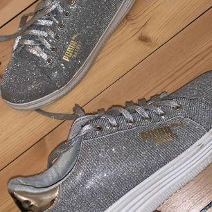 Sjukt snygga glittriga sneakers i stl 39. Använda max 3 ggr säljes pga att dom tyvärr inte används