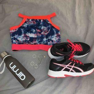 Ur snygga asics skor i neon rosa och svart. Storlek 36. Aldrig använda endast provade💓Super sköna skor med gel sula. Modell: Gel-IKAIA. Kontakta för fler bilder. 350 kr plus frakt💫💫
