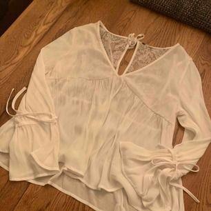 Fin blus från H&M med spetsdetaljer.  Knappt använd, men storlekslappen avklippt pga skav.  Köparen betalar frakten