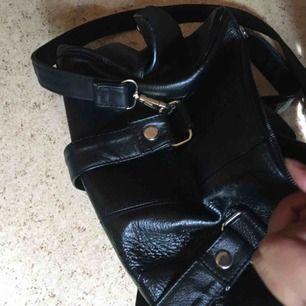 Jättefin svart väska som är medium storlek. Den storleken man behöver asså. Du kan få in ganska mycket i denna fina väskan, användes för lite :(( frakt tillkommer