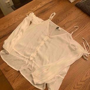 Fin blus från H&M. Knappt använd. Storlek 40.  Köparen betalar frakten.