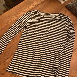 Randig tröja från Gina tricot. Aldrig använd.  Storlek M.