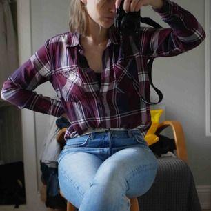 """En """"flanell"""" skjorta i storlek 38 men fungerar för allt ifrån 34-38. Näst intill oanvänd och därför inga fläckar, hål eller liknande. Gott skick helt enkelt ❤️"""