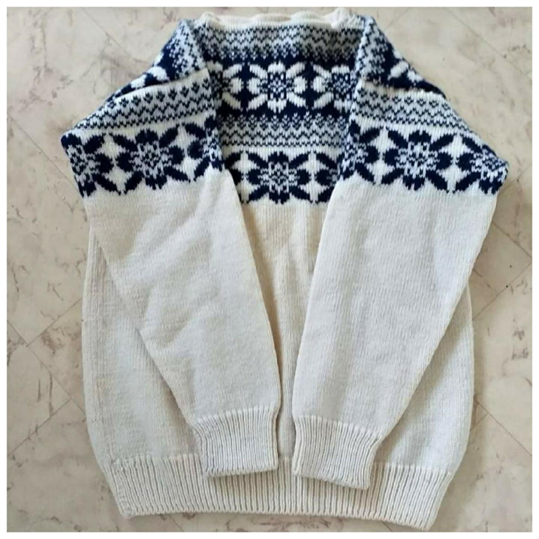 100% ull tröja  Riktigt varm o skön nu i höst  Rökfritt hem tvättad i änglamark ull tvättmedel  Size s   Mvh Jessica 🍀 . Stickat.