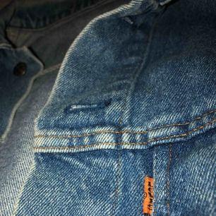 Vintage oversized Levi's jeansjacka i ungefärlig storlek L/XL men sitter stort och snyggt på mig som är S/M. Jag har använt den två gånger med den är inte i nyskick eftersom den är köpt vintage men det är det snygga med jackan.