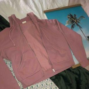 En mörk rosa hoodie som passar alla storlekar, den är oversized på mig som är S/M så passar större och mindre. Väldigt mysig och bekväm hoodie.