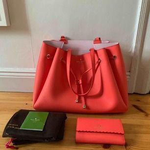 Knappt använda Kate Spade väska och matchande plånbok. Tillsammans 2300, separat väska 1900, plånbok 600. Pris kan diskuteras. Upphämtning i Sthlm 💛
