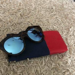 Le Specs solglasögon  Modellen heter: Neo Noir Milky Tort