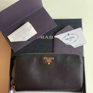 Prada plånbok som inte kommer till användning. Kvitto, äkthetsintyg och orginal box medföljer.