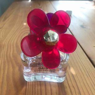 Marc Jacobs daisy parfym. Använd men mer än hälften kvar! Porto 39kr tillkommer