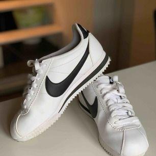 Nike Cortez sneakers som är använda max 2 gånger. Modellens storlek är väldigt liten så strl 38 passar perfekt till någon som vanligtvis har strl 37.