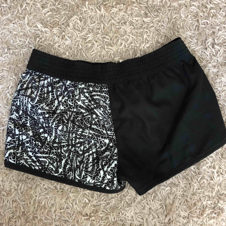 Kan man vända två olika färg. . Shorts.