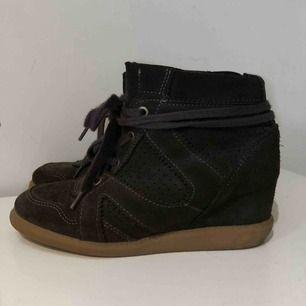 Så fina och coola Isabel Marant Bobby sneakers look alike!  (alltså inte äkta) Stolek 39! De är mörk grå men ser lite gröna ut på bilden. Köpta på boost och har inte hittat dem så vet inte vad det är för märke. Bra skick! Skriv för mer bilder