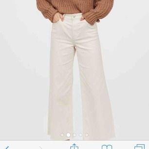 Skit snygga vita jeans. Kortare modell. Storlek s. Dom två första bilderna är lånade men den sista visar färgen mycket mycket bättre, dom är alltså vita och inte beiga. Köparen står för frakt