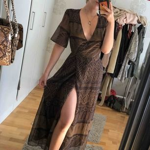 Lång klänning med knyt från hm, lätt genomskinlig i ryggen 💘 nypris 599kr från HM säljer enbart pga ska resa bort 💞 använd 2 ggr