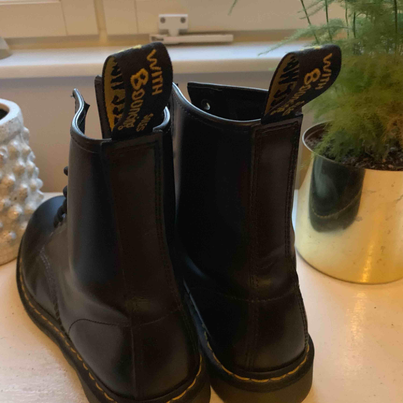 Doc Martens 1460 Smooth Black Köpt för 1 år sedan, använda en gång. Nyskick, köpta för ca 1700 kr Storlek 42 men passar 40/41  Frakt tillkommer. Skor.