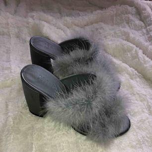 Säljer dessa sjukt snygga högklackade skor från NAKD som är slutsålda på deras hemsida, endast använda inomhus och är så gott som nya, frakt tillkommer vid köp🖤