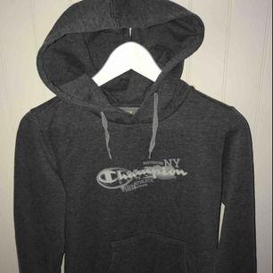 En mörkgrå champion hoodie i storlek S Köparen står för frakt💕