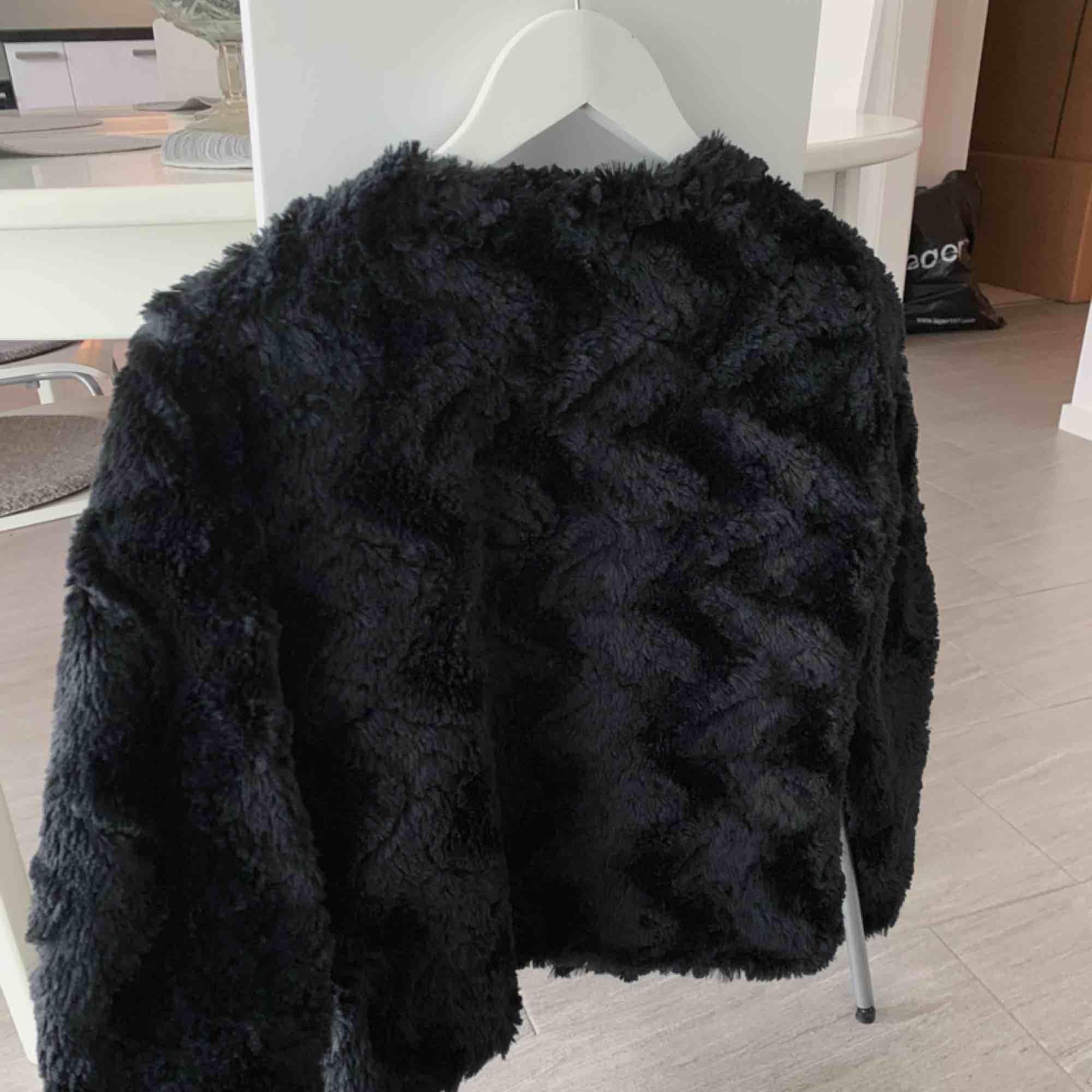Säljer en fin fake-päls jacka från vero moda pga att jag inte använder den längre, den är i jättebra skick och använd ett fåtal gånger! Köpte den ny för 399 så jag säljer den för 100 kr🧥. Jackor.