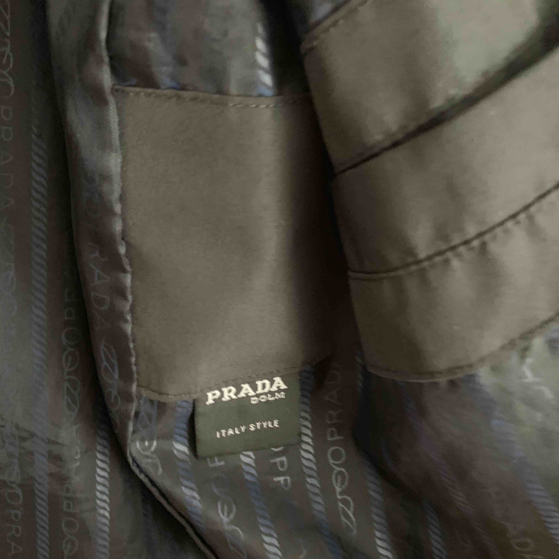 """Köpt på round 2 i Los angeles, jackan är från 2001 och är en sample. Sample är en """"Testprodukt"""" som de flesta designers gör innan de släpper den officiella produkten den kan ha lite sämre stygn än de flesta originalen,  en knapp saknas. Jackor."""