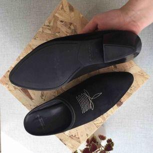 Cool mule i nubuck från Vagabond. En slip-in sko med cuban heel. Superfina! Använda nu under sommaren så lite slitage på nubucken, men annars helt hela och rena!