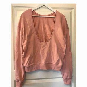 Sweatshirt från NA-KD med öppen rygg, superfin rosa färg, lite mer år nude hållet!! Säljer med alla prislappar kvar och endast provad.