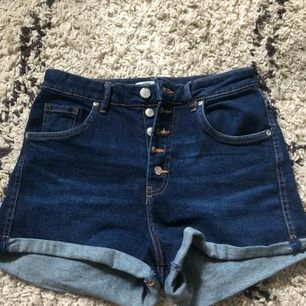 jeans shorts från Zara köpt i sommars och har kommit till användning 1 gång!! Skulle säga att dem passar en XS-S  Frakt ingår i priset