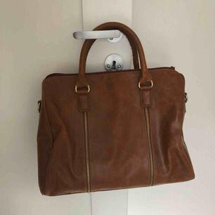 Säljer en superfin brun väska med guldiga detaljer💓💓