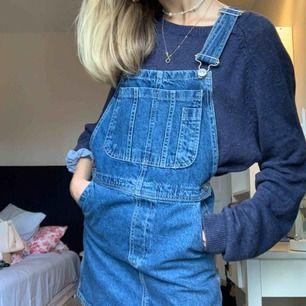 Säljer denna urgulliga jeans hängselkjol från Urban outfitters jeansmärke BDG, då den aldrig kommit till användning. Så fin med kanske en polotröja under, eller något liknande. Strlk XS men passar lätt en S.
