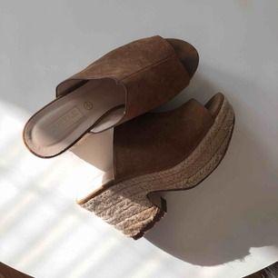 Fina sandaler som jag mest använt utomlands ett par gånger men ändå i ok skick. Frakt tillkommer