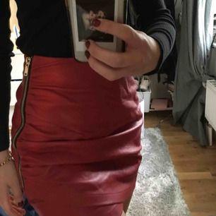 En röd skinnkjol från zara! Använd otroligt få gånger och är i otroligt fint skick! Frakt är inkluderat i priset!