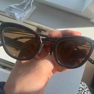 Säljer ett par skitsnygga oanvända solglasögon från Kaibosh. Nypris 1200kr. Köpare står för frakt.