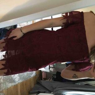Klänning från urban outfitters som är köpt i Miami! Otroligt fint mönster och detaljer som ni kan se på bild nummer tre!! Använd 2 gånger och är i väldigt fint skick! Priset på klänningen kan självklart diskuteras och frakt kommer ingå i priset!